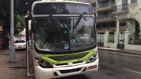 Ônibus sobe calçada e atinge pedestres na zona sul do Rio