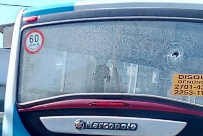 RIO: Ônibus são atingidos por tiros em São Gonçalo