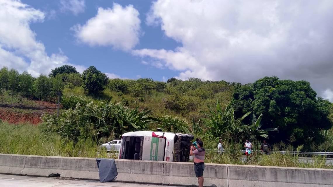 Micro-ônibus tomba na BR-101 deixando 15 feridos em Alagoas