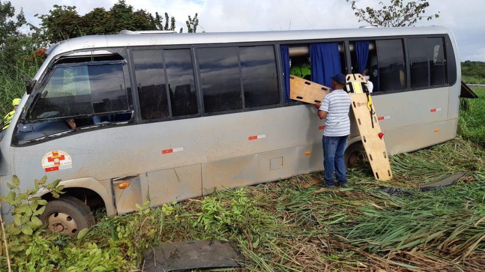 Micro-ônibus tomba na BR-163 deixando 19 feridos