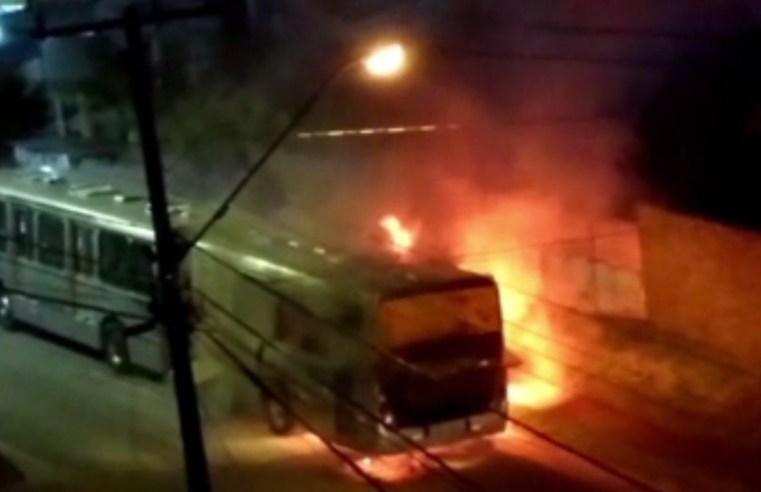 Ônibus articulado pega fogo em Curitiba nesta segunda-feira