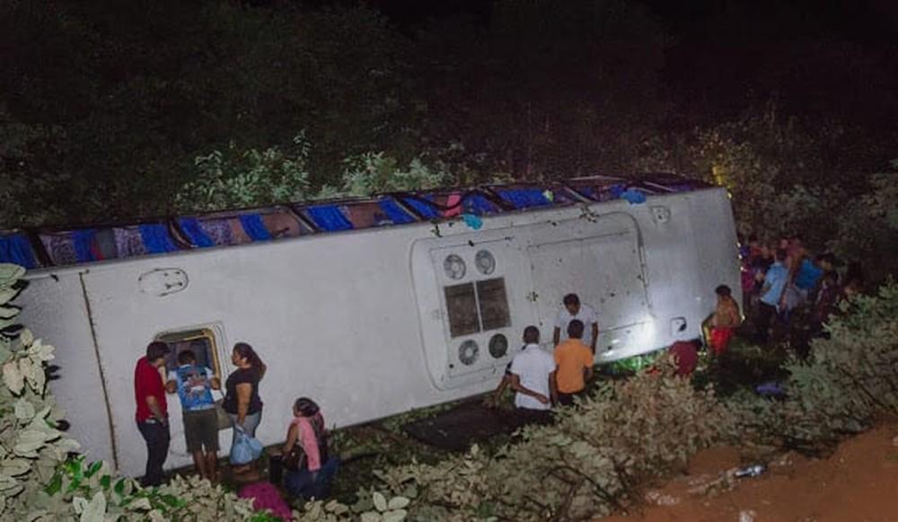 PI: ônibus tomba na rdoovia PI-213 deixando 22 passageiros feridos