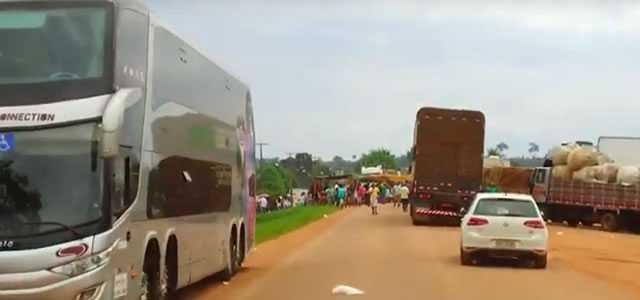 BR-364 segue bloqueada em Extrema, justiça determina liberação da rodovia