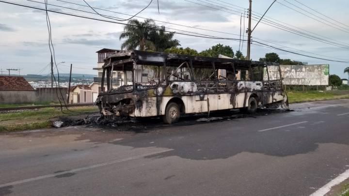 Ônibus é incendiado na cidade de Patrocínio, interior de MG