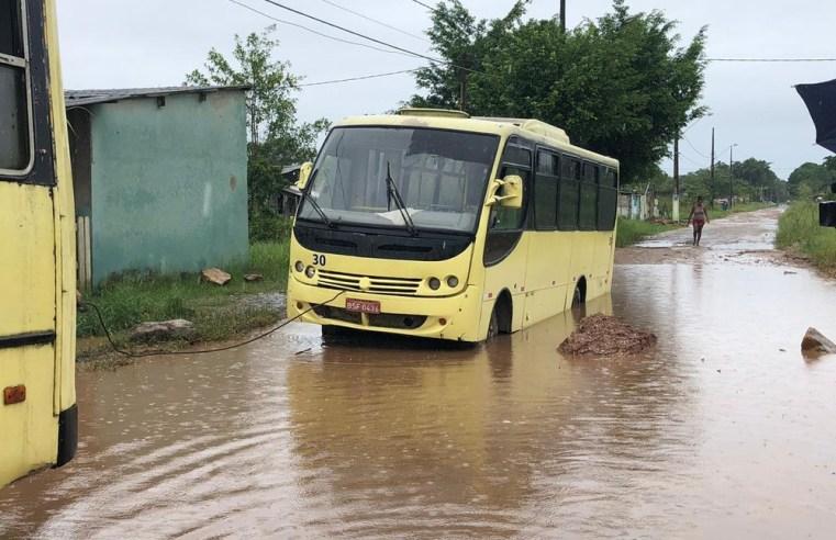 SP: Ônibus escolar atola e alunos perdem aula em Itanhaém