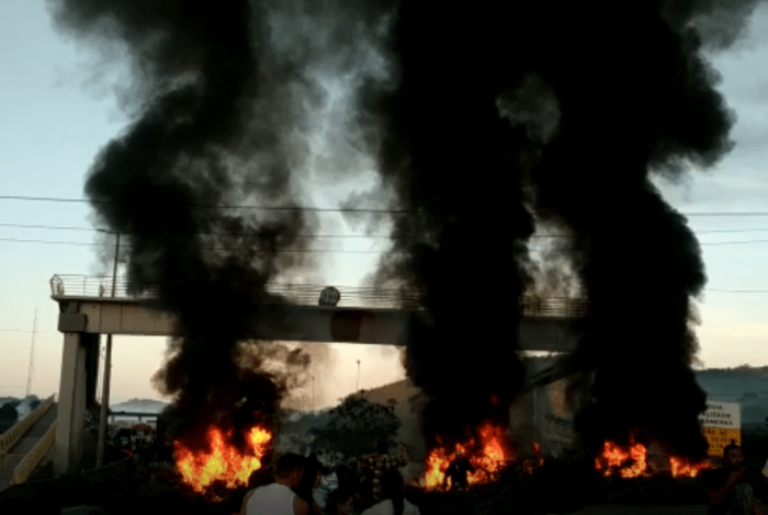 RJ: moradores fecham a BR-101 em Casemiro de Abreu durante protesto