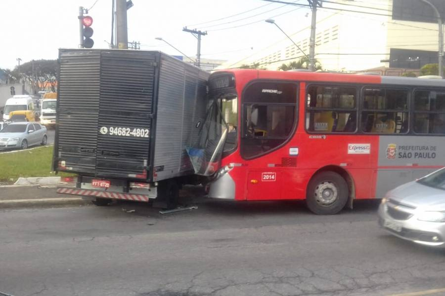 Acidente entre caminhão e ônibus em São Matheus deixa feridos