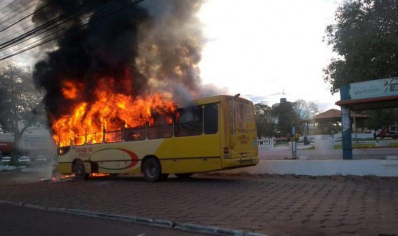 Ônibus pega fogo com 27 passageiros a bordo no Mato Grosso