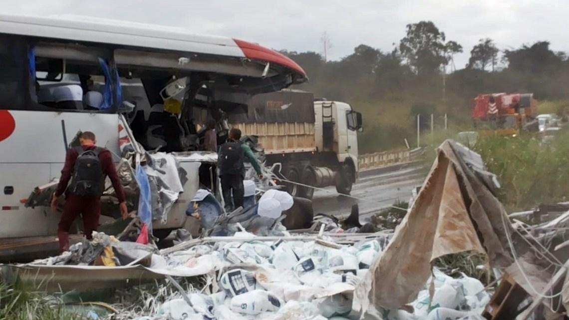 MG: Batida entre caminhão e ônibus da Campo Belo na BR-354 deixa três mortos