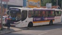 SP: Ônibus da ABC quebra e bate em veículo parado na calçada