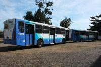 Ônibus parados em galpão são apreendidos pela justiça no interior de São Paulo