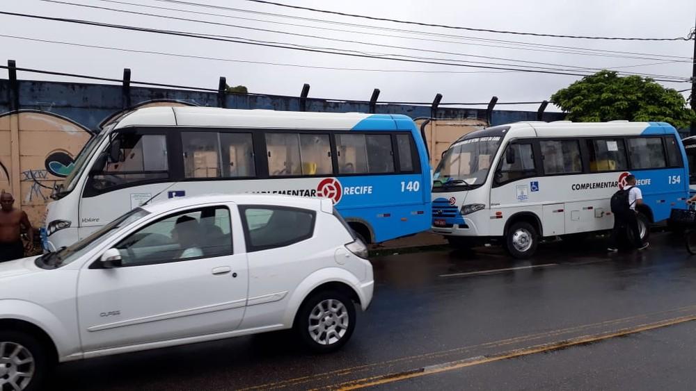 Rodoviários do transporte complementar do Recife param após ficar sem salário