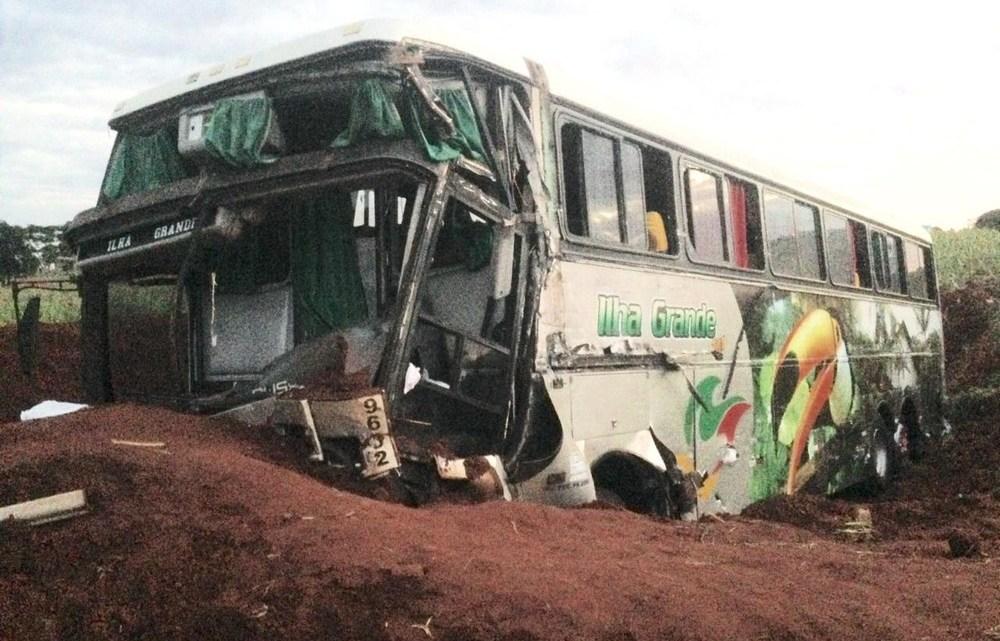 Acidente entre ônibus e caminhão deixa um morto e vários feridos na PR-323 no Paraná