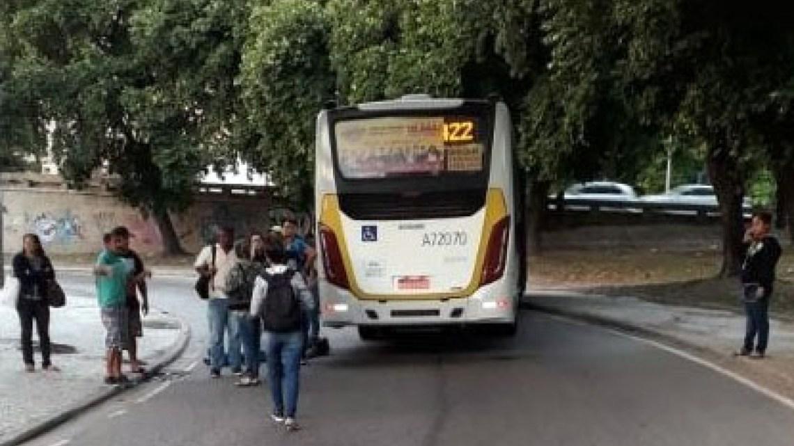 Rio: Uma pessoa morre atropelada por ônibus na Avenida Francisco Bicalho
