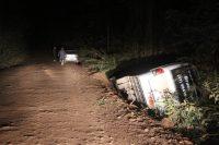 Micro-ônibus tomba em ribanceira na Região Metropolitana de BH