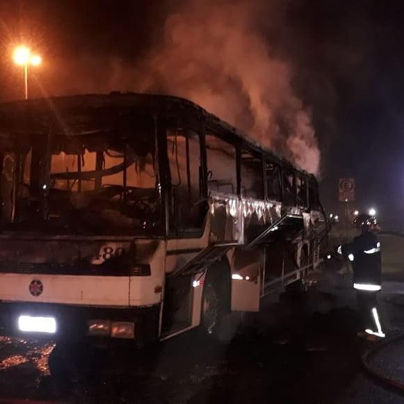 Ônibus de turismo são incendiados na Região Metropolitana de Curitiba