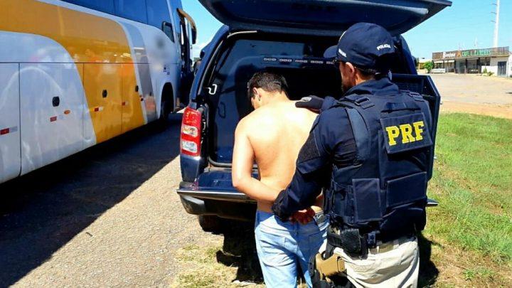 PRF prende homem que ameaçada com uma faca uma passageira de ônibus em Cristalina