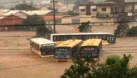 SC: Chuva intensa arrasta carros e ônibus no interior do estado