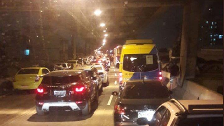Tiroteio causa pânico e fecha a Linha Vermelha no Rio de Janeiro