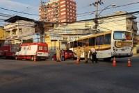 Ônibus urbano invade oficina deixando quatro feridos na Zona Norte do Rio