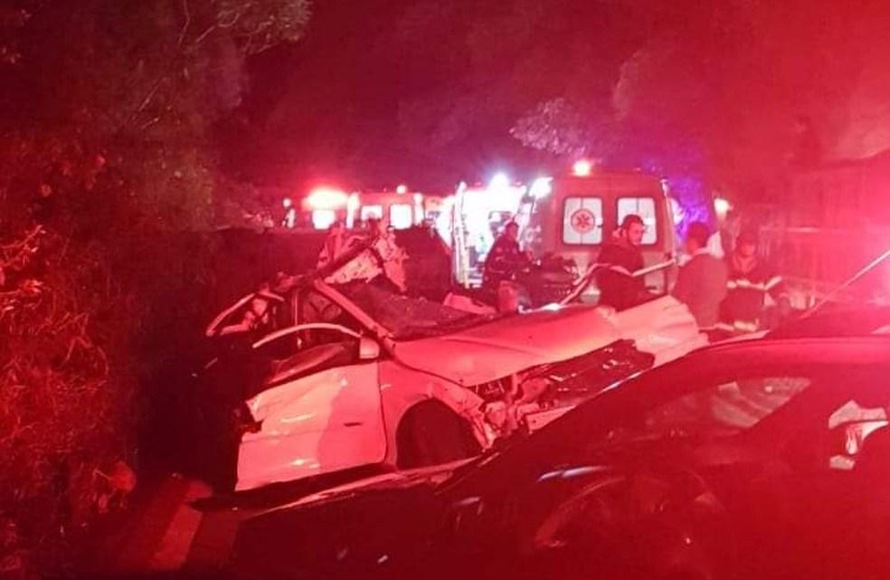 Ônibus de turismo sai da pista, capota na Serra de Campos do Jordão deixando mortos e feridos nesta noite de domingo (9)
