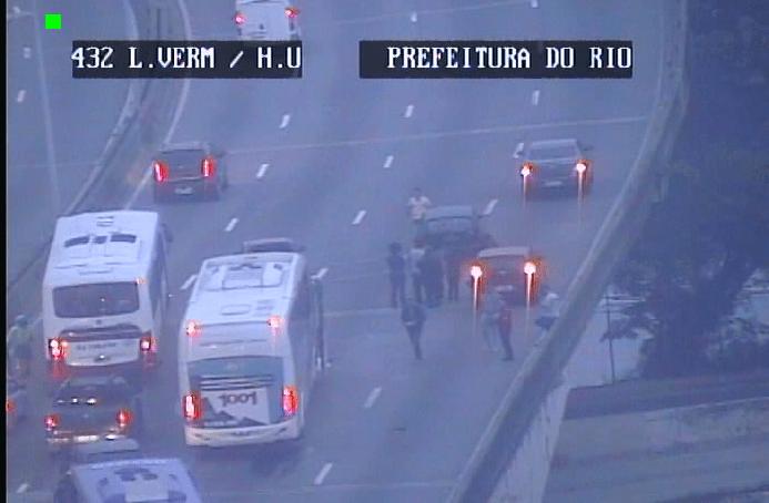 Acidente entre carro e ônibus da Auto Viação 1001 gera caos no trânsito do Rio nesta manhã