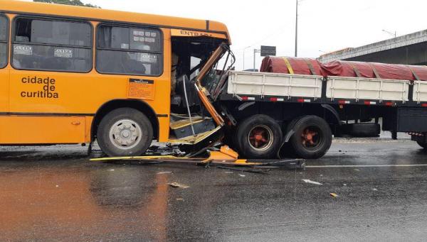 Acidente envolvendo van, ônibus e caminhão deixa 14 feridos na BR-376 em Curitiba