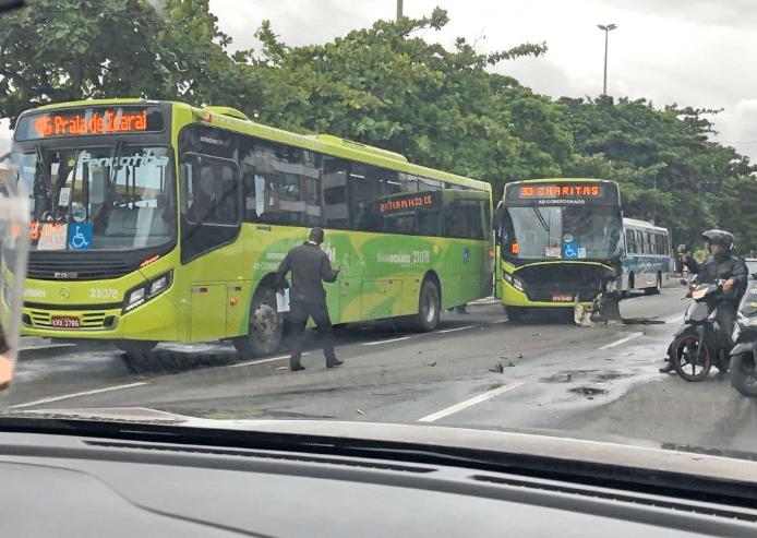 Acidente envolvendo ônibus e caminhão de lixo deixa 3 feridos em Niterói/RJ