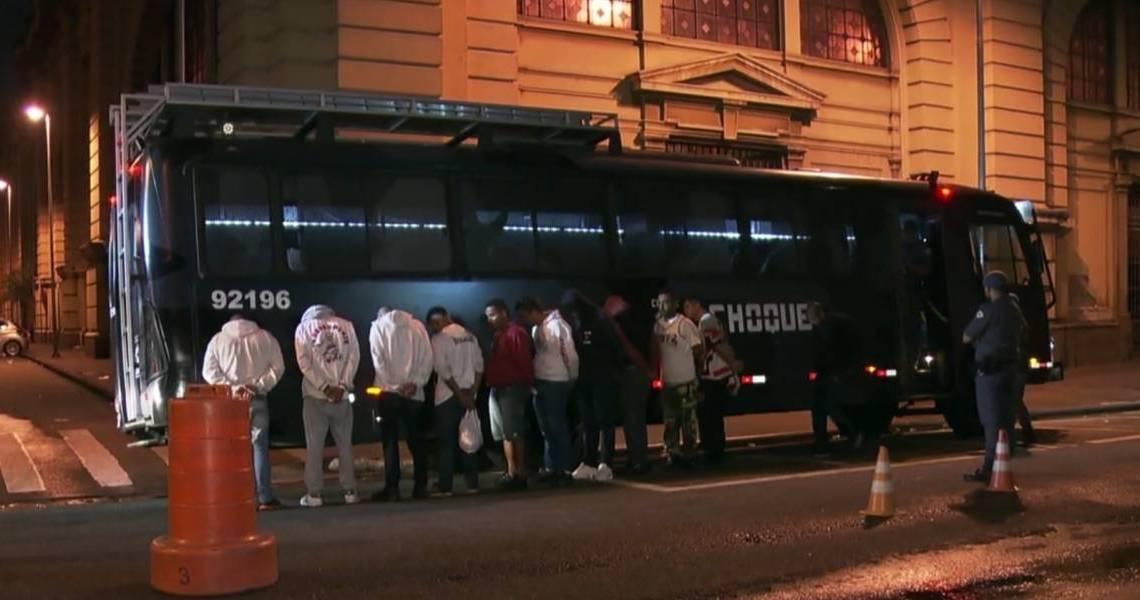 SP: Polícia militar usa ônibus para prender 81 torcedores por briga antes de jogo