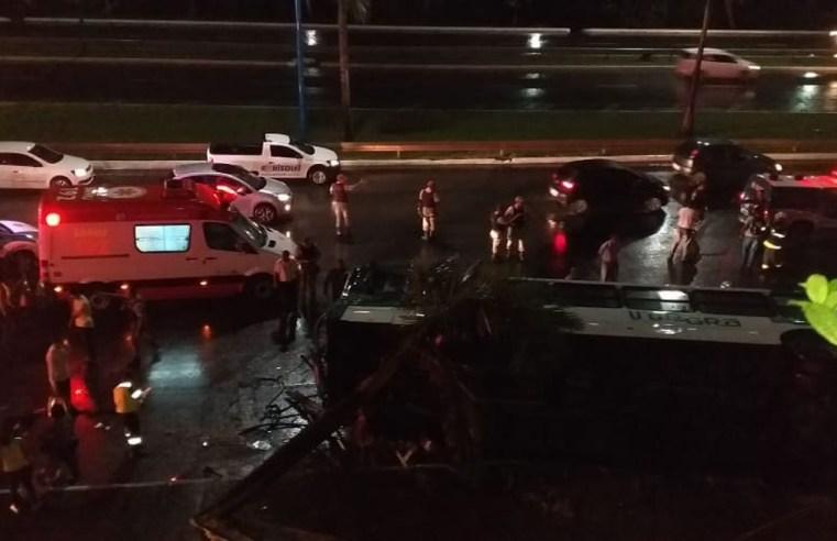 Ônibus tomba em Salvador deixando 27 feridos