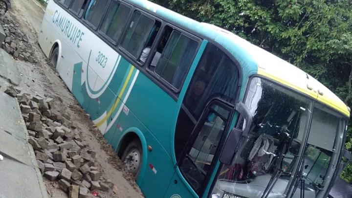 Ônibus da Viação Camurugipe atola em rua no interior da Bahia