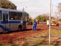 MS: ônibus atolam em ruas com muita lama em Campo Grande
