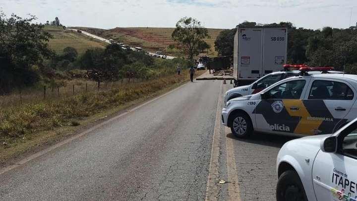 SP: Acidente entre caminhão e ônibus escolar deixa dois mortos e 11 feridos em Itapeva