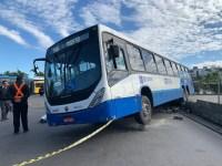 Motorista de ônibus teve mal súbito ao manobrar coletivo em Florianópolis