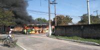 RJ: Traficantes incendeiam micro-ônibus em Magé neste domingo