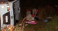 MS: Micro-ônibus capota deixando um morto e cinco feridos