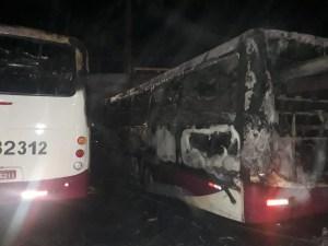 Ônibus pegam fogo dentro de garagem em Belém