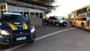PRF apreende falso ônibus escolar com quase uma tonelada de drogas no Paraná