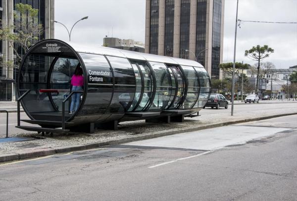 Estação tubo Comendador Fontana é reaberta em Curitiba