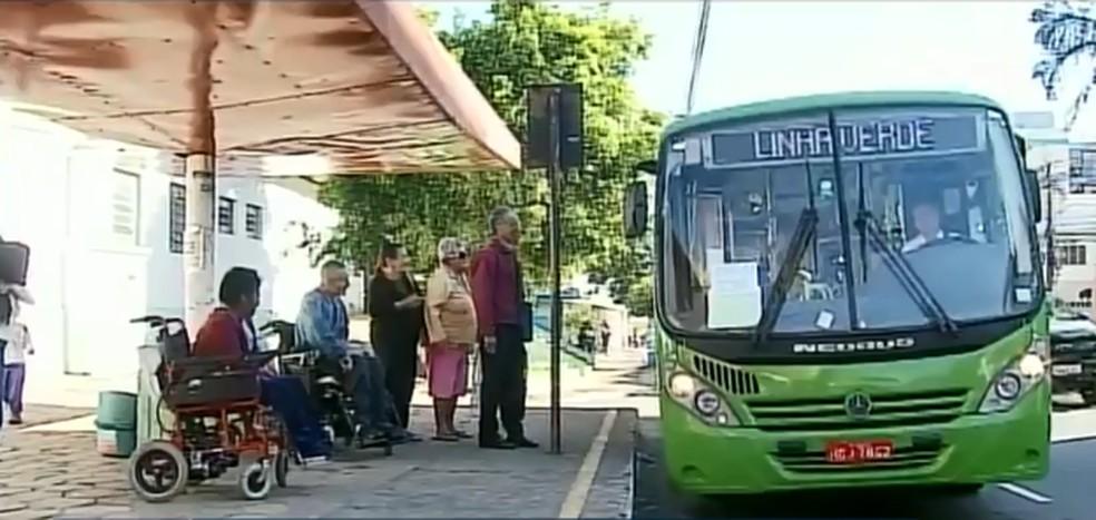 MG: Nova empresa de ônibus de Passos segue com problemas no embarque de cadeirantes