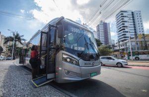 Baianos aprovam o novo ônibus elétrico que está circulando em Salvador