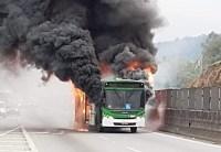 SP: Rodovia Anhanguera é fechada após ônibus pegar fogo