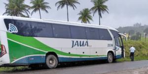 Sem freio ônibus da Viação Jauá acaba batendo em barranco no interior da Bahia, diz passageiro