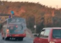 Jovens se arriscam surfando em ônibus na Grande BH
