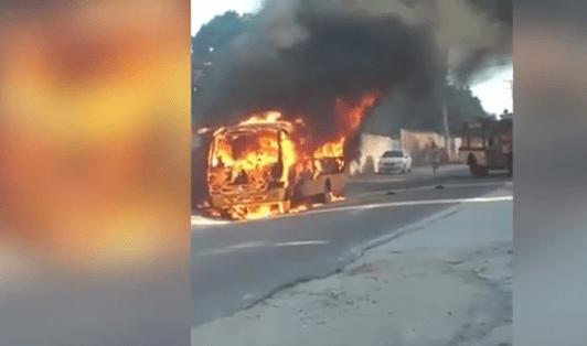 Micro-ônibus escolar pega fogo no interior do Rio de Janeiro