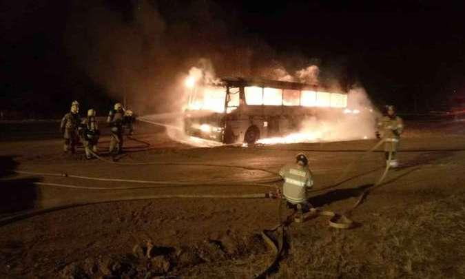 Vídeo: Ônibus rodoviário pega fogo na BR-020