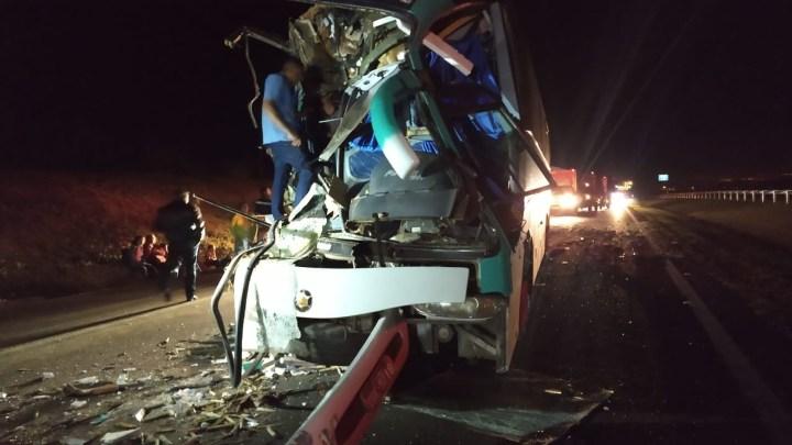 Acidente entre ônibus e carreta deixa 16 feridos em SP