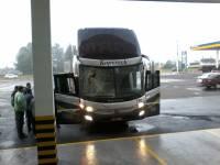 Cinta de caminhão acerta ônibus da Kopereck Turismo e por pouco não causa uma tragédia