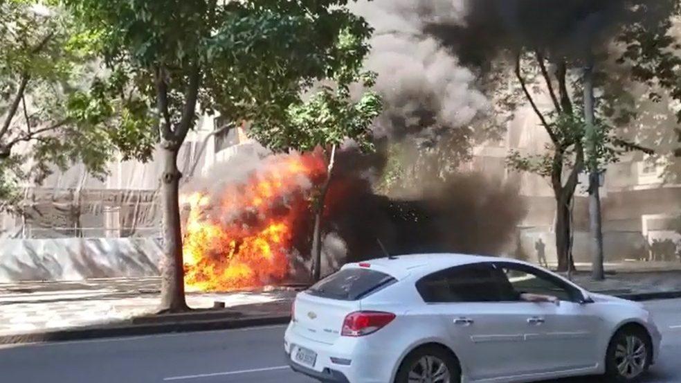 Mais um ônibus pega fogo no Rio de Janeiro