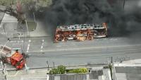 Ônibus pega fogo em Olinda neste domingo